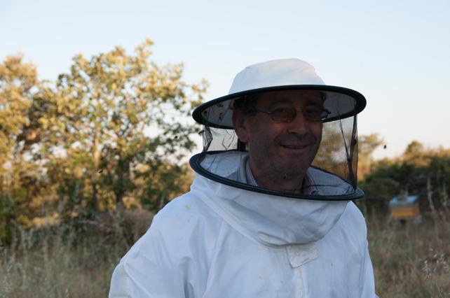Guillermo preparado para comenzar sus labores en el apiario.
