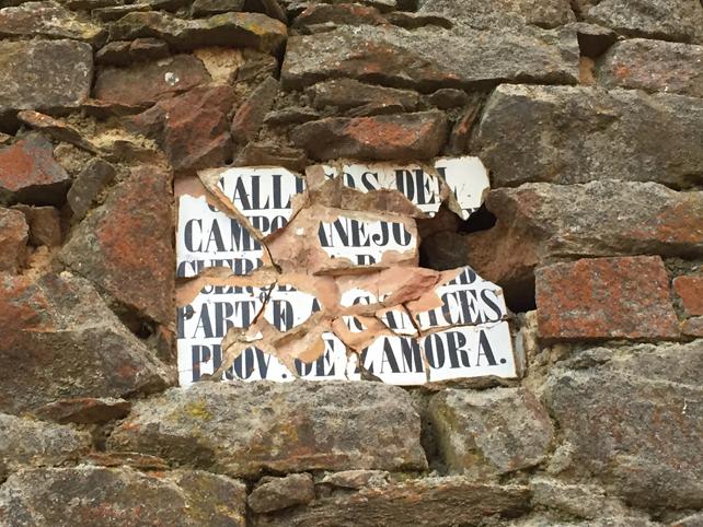 Antiguo cartel indicando la entrada a la localidad de Gallegos del Campo.