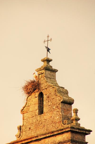 Últimos rayos de sol sobre la espadaña de la iglesia de Gallegos del Campo, seña de identidad del pueblo.