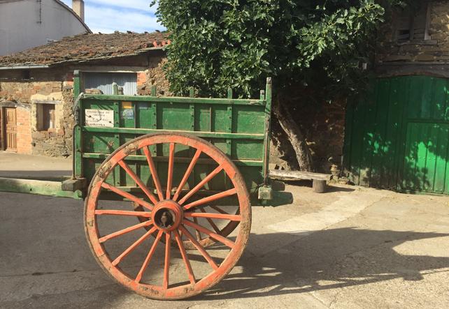 Antiguo carro de labranza que todavía podemos encontrar en nuestra localidad. El rechinar de sus ruedas es un sonido característico de nuestra España rural que se va desvaneciendo en el tiempo.