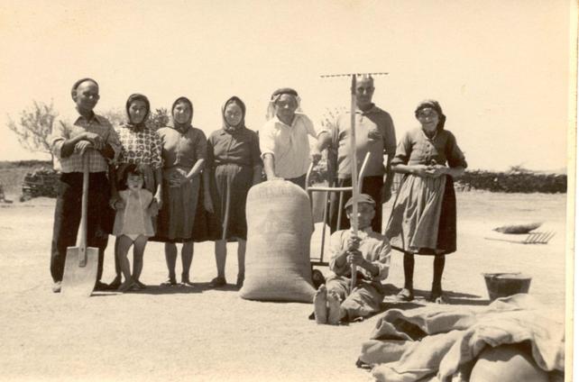Familiares nuestros después de la trilla en la era del pueblo en los años sesenta del siglo pasado.