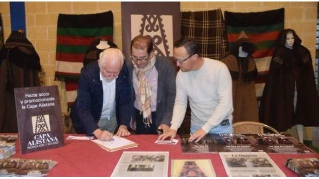 Guillermo firmando CAPASCapa alistana Las Obreras de Aliste CB Artesanos de la miel Aliste Zamora ALISTANAS