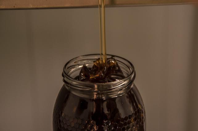 Proceso de embotado de nuestra miel.