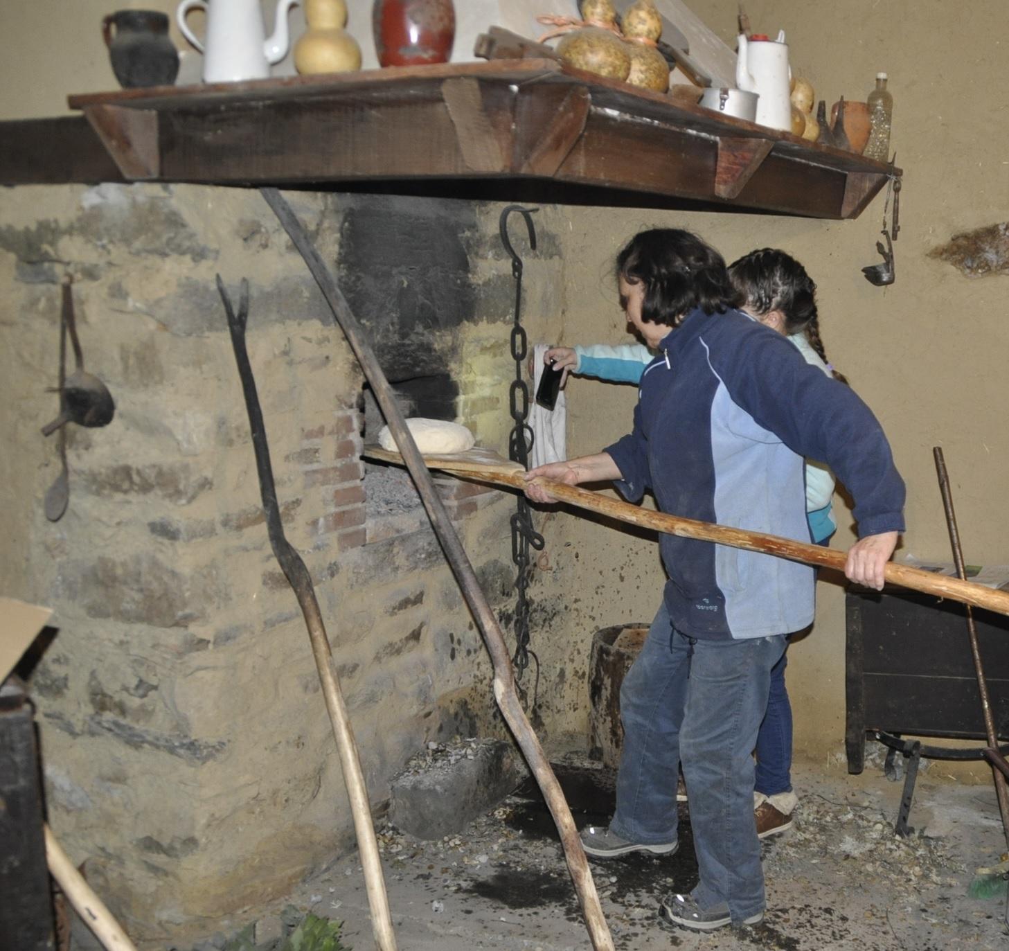 Haciendo el pan en Aliste Las Obreras de aliste